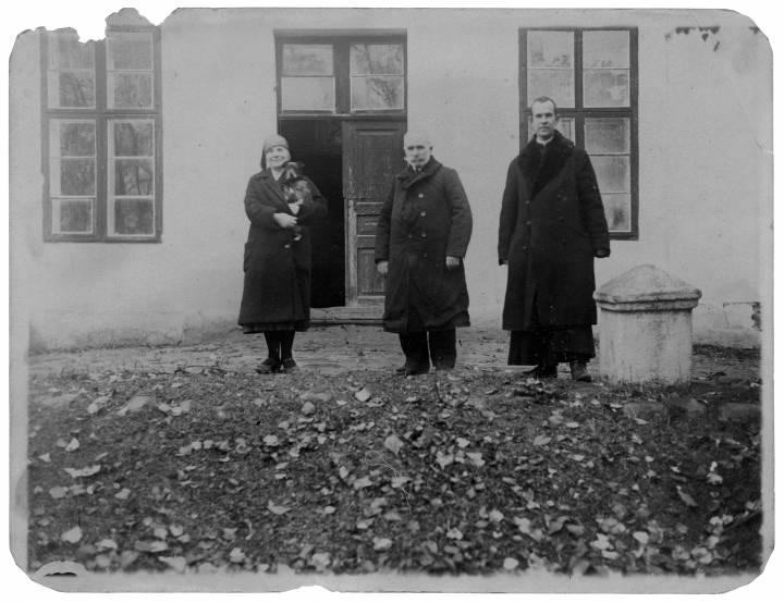 Na ganku dworu w Jodach.<br>Zofia Mirska-Szewczenko, Henryk &#321;opaci&#324;ski, ksi&#261;dz (?)