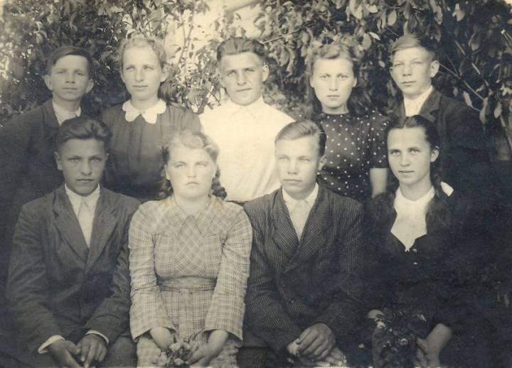 Выпускники семилетки Хотеничской школы в Замостье. Моя мама Петровская (Савченко) Нина Даниловна первая спра в нижнем ряду.