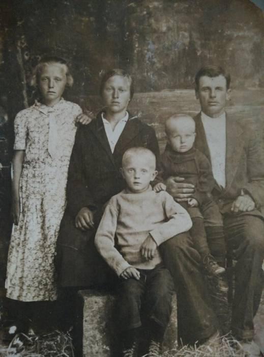 Дед Леон и бабушка Мартёна с детьми