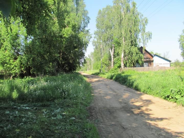 Центр деревни. Слева находилась школа, а справа клуб. Через 3 км в эту сторону д. Красный Осовец Быховского района.