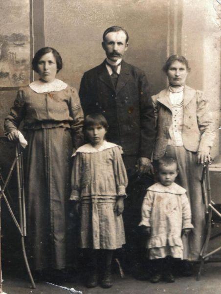 Тычина Адам Николаевич с женой Александрой Венедиктовной (слева), сестрой (справа) и детьми Софией и Валентиной. 1917 год