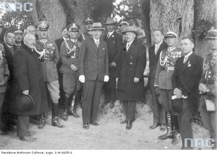 Wizyta prezydenta RP Ignacego Mościckiego na kresach wschodnich.<br>Prezydent RP Ignacy Mościcki w parku<br>Foto 1929-10