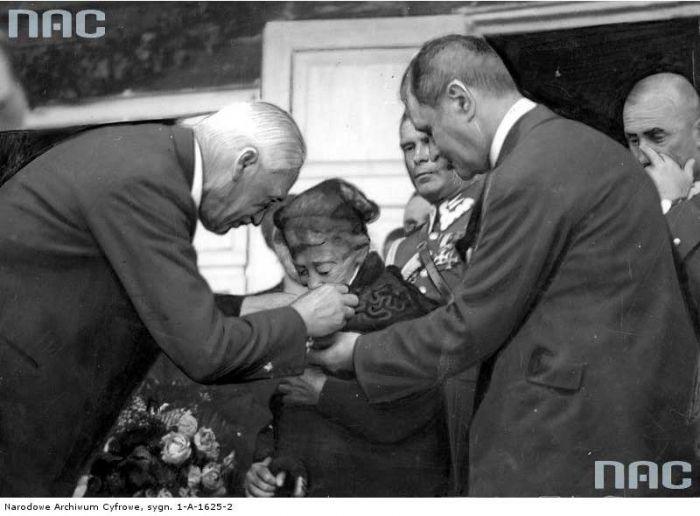 Prezydent RP Ignacy Mościcki wręcza odznaczenie właścicielce Tuhanowicz, która przekazała je na własność państwa<br>Foto 1929-10