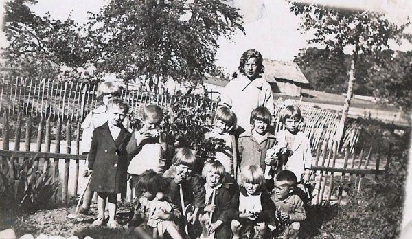 Розыскиваю Галину Смилевич? 1921-25 года рождения, кузину моей мамы Смилевич Нины Вильгельмовны. Последнее письмо полученоот Гали в 1940 году из местечка Боруны , на обратной стороне фото надпись: