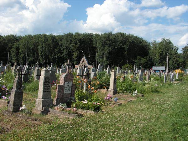 Stary cmentarz przykościelny.