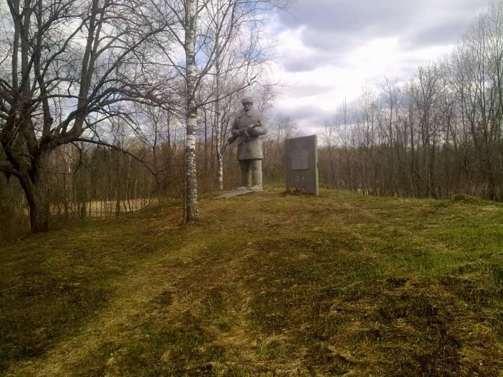 За памятником Партизану виднеется маленькое озерцо (скорее болотце). До революции на ручье соединяющем данное озерцо с озером Тиосто стояла Мельница.