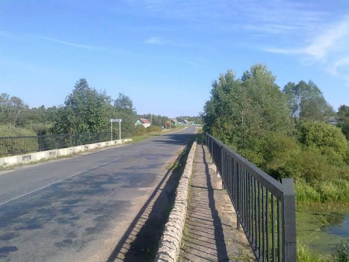Вид на деревню Вышедки с моста через реку Овсянку.