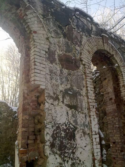 Вид на остатки фасадной стены спиртзавода в Загорянах