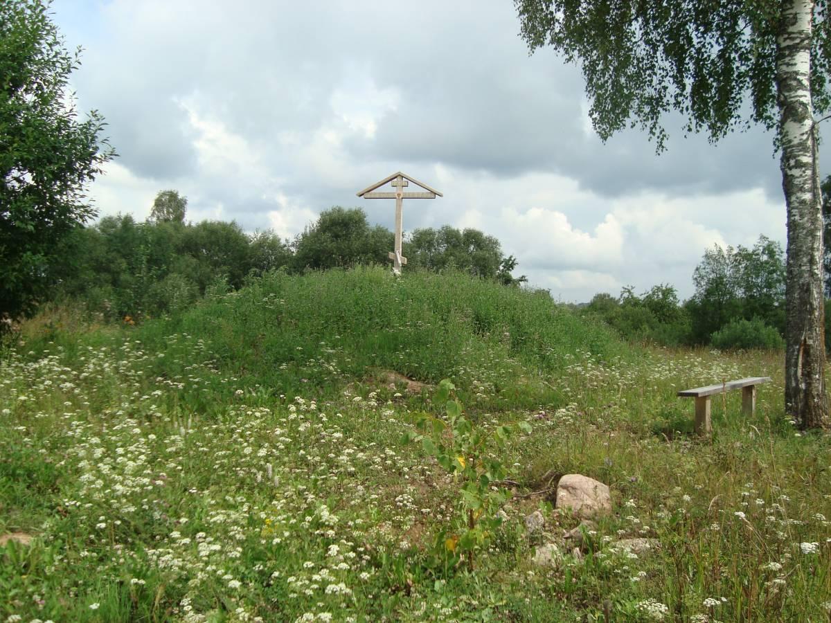 Крест на месте разрушенного храма в деревне Жуково 1