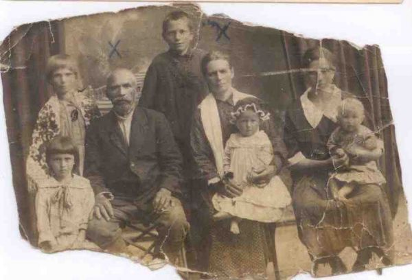 Юревич Софрон и Меланья (В центре) слева внучка Елена (Геля) Юревич Серенкова), дочь Анета Юревич (Булай), справа дочь Ольга Юревич (Струневская), внучка Лидия Струневская . Слуцк 1927год