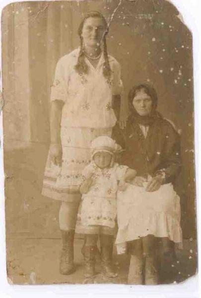 Коледа Мария-Елена с Дочерью Зосей (Софией) и внучкой Александрой Минская область ~ около 1927-1930год