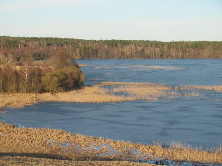 Jezioro Uklańskie, widok na jego wschodni kraniec od wsi Ukla. W oddali mieściło się Taryłowo i kolonia  Zolwicy / nie jestem autorem tego zdjecia