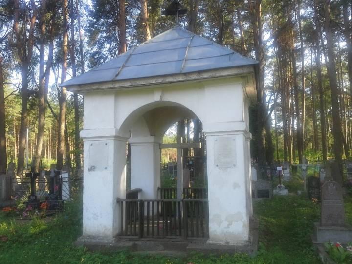 Могила княгини и княжны Друцких-Любецких на польском кладбище. Княжна была застрелена советским пограничником, когда на коне скакала вдоль польско-советской границы. В Новом Поле сохранился княжеский дом.