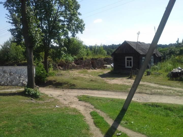 По центру - развалины старой, ещё польской, почты. Сохранился только подвал.