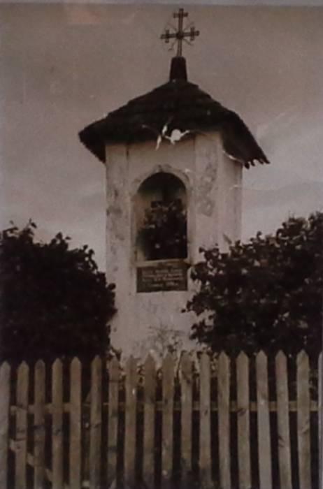 Эта каплица была разрушена в советские времена. То, что от неё осталось лежит в лесу за польским кладбищем.