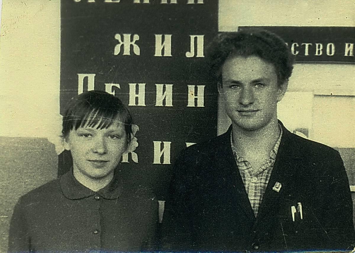 Гайненская СШ. Аднакласнікі на перапынку: Тамара Пунтус і Віктар Маслаў...