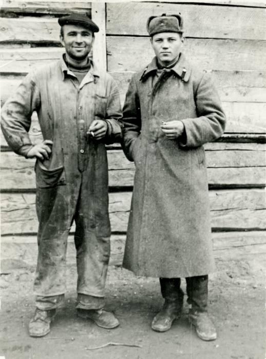 Лагаза (цэнтр). Токар Петракоўскі Уладзімір і трактарыст Бараноўскі Сяргей каля барака.