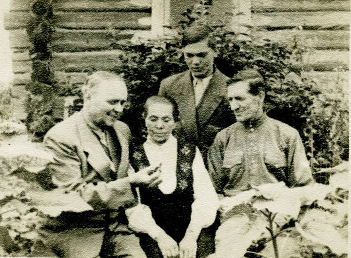 Лагаза (цэнтр). Узнагарода знайшла свайго героя -- Багдановіча Сцяпана Віктаравіча (1902-1983). Ён сядзіць з правага боку, побач яго жонка Феня і стаіць яго сын.