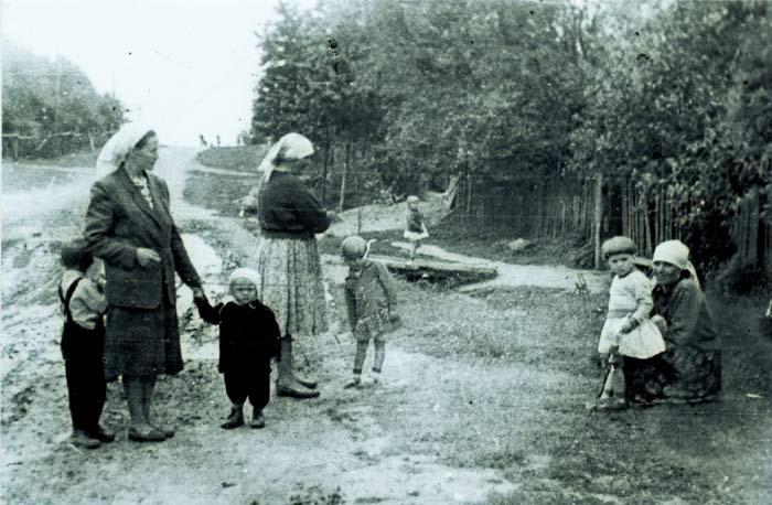 Родзівічы, сустрэча на вуліцы.<br>Фота 1963 г.