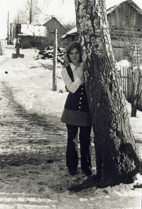Далей, за калодзежам, бачна кузня<br>Фота 2-01-1974