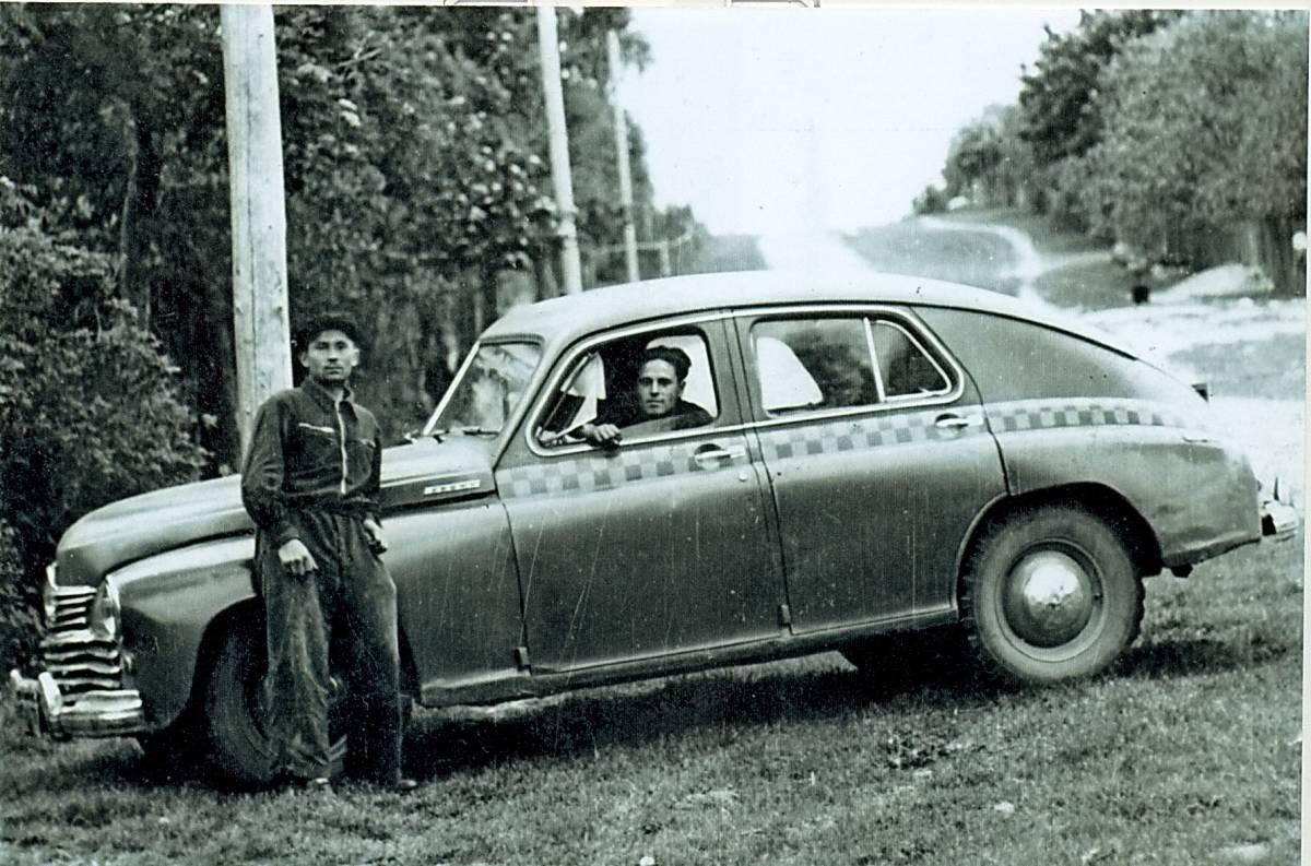 Прыехалі за вішнямі. За рулём Яскевіч Леанід, каля машыны Антон Гваздзецкі.