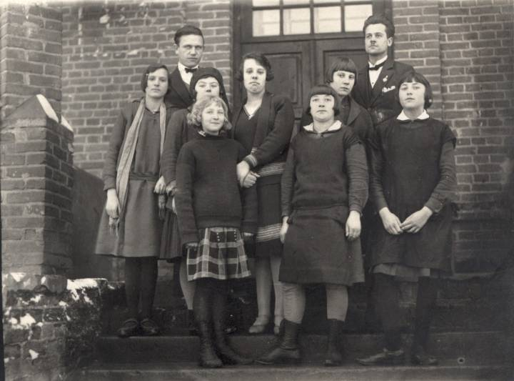 Szkoła w Koreliczach - dzieci i nauczyciele.