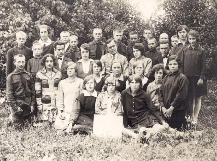 Szkoła w Koreliczach - dzieci i nauczyciel.