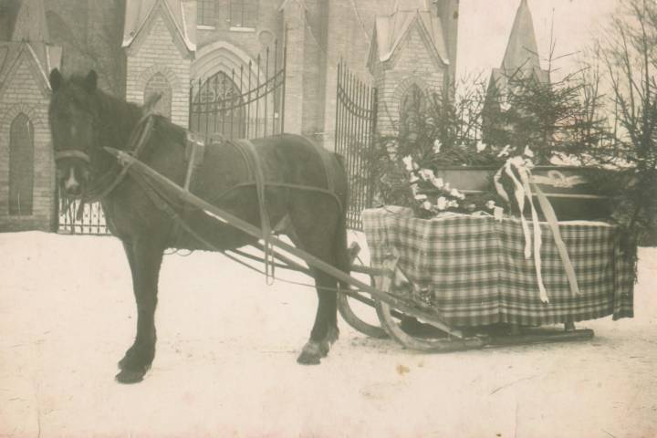 Zimowy karawan, który przewozi czteroletniego Michała Łodziato na miejsce Wiecznego Spoczynku z kościoła Trabskiego