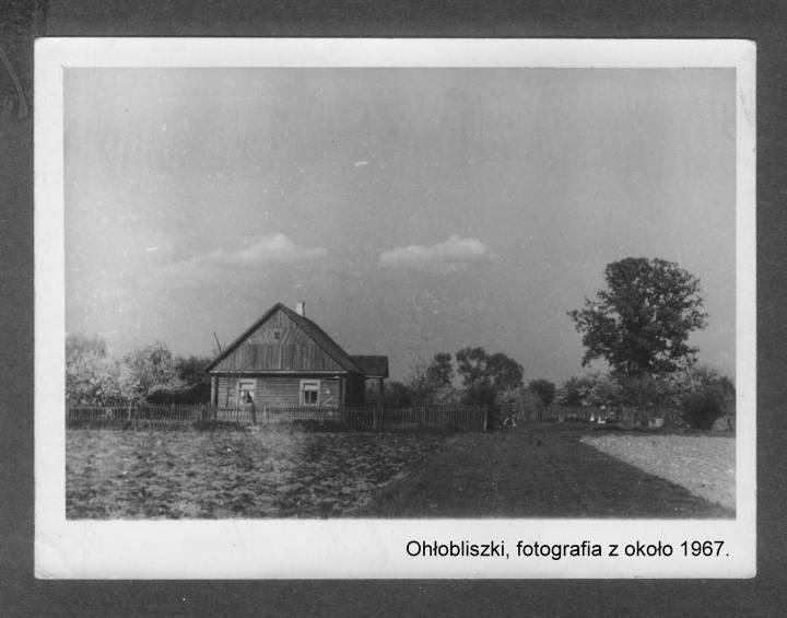 Widok domu sąsiedzkiego i kilkusetletniego dębu, który byłby częściowo zasłonięty przez  dom w którym się urodziłem