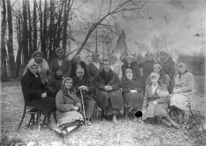 Sodalicja Mariańska (?) w parku dworu w Jodach. W środku hr. Henryk Łopaciński