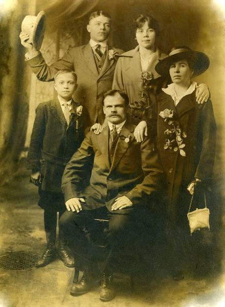 Чураков Илларион Кондратьевич (слева с приподнятой шляпой) <br>в Канаде г.Монтреаль