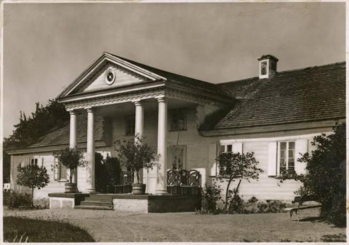 Dworek w Czombrowie (fot. - www.fototeka.ihs.uj.edu.pl)