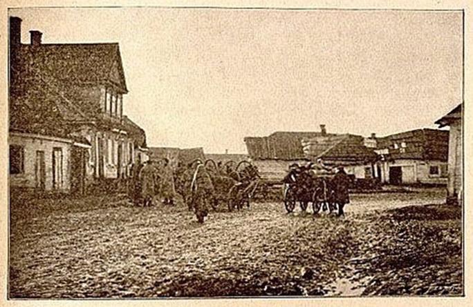 U studni przy ulicy Wileńskiej (lata 1890-te). Zdjęcie pochodzi z wydawnictwa