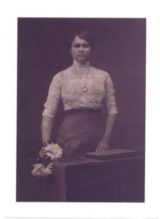 Moja prababcia Weronika Czepielinda.Urodzila sie z Duchowlanach i tam mieszkala z rodzicami i rodzenstwem. Zdjecie wykonane w Warszawie gdzie poszla do szkoly. Pozniej wrocila do Duchowlan, wyszla za maz i mieszkala w/na Zubowszczyznie.