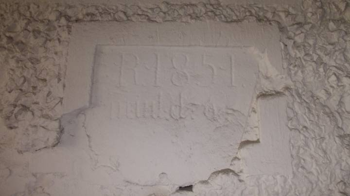 На сцяне адной з гаспадарчых пабудоў  выразна выбіта дата будоўлі – 1851г.