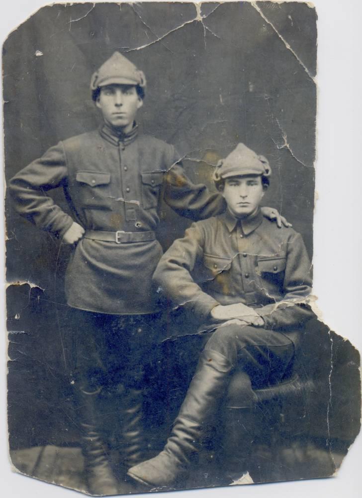 Мой дед, которого я никогда не видела, Квятковский Адольф Игнатьевич (стоит). Рядом, вероятно, его младший брат Станислав.