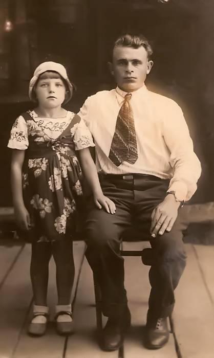 Павел Николаевич Черноок с дочерью Зоей.Фото сделано до войны.