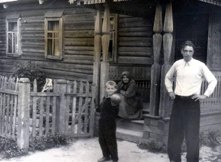 В Сивцево, возле дома Бондаренко (Савченко) Нины Андреевны. На фото я и Савченко Николай Александрович