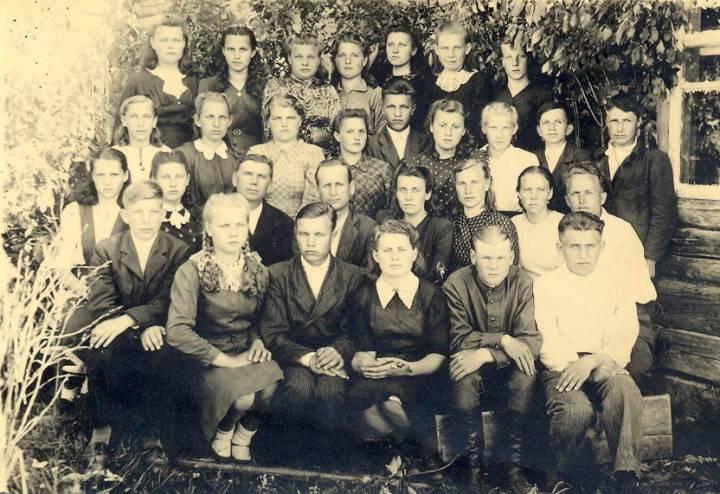 Выпускники семилетки Хотеничской школы в Замостье. Моя мама Петровская (Савченко) Нина Даниловна вторая слева в верхнем ряду.
