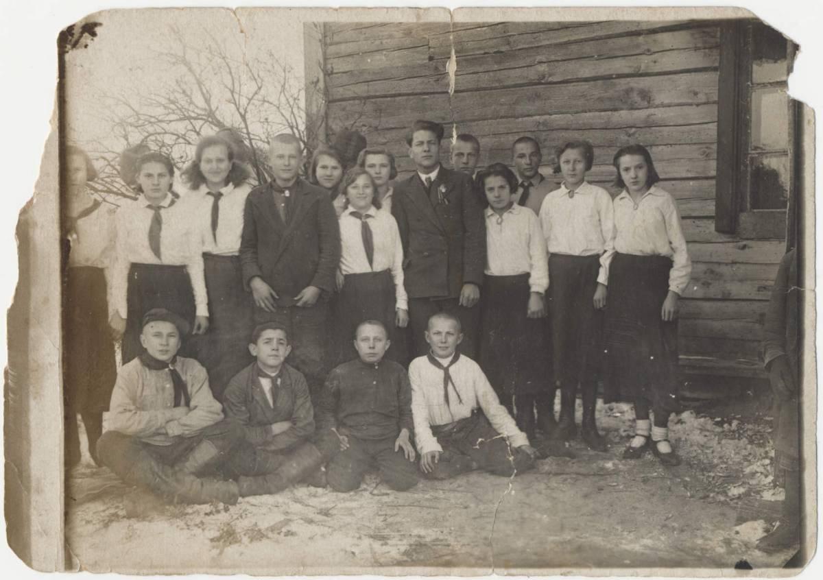 Выпуск Михалковской начальной средней школы, Мозырский Округ, 1936 г.