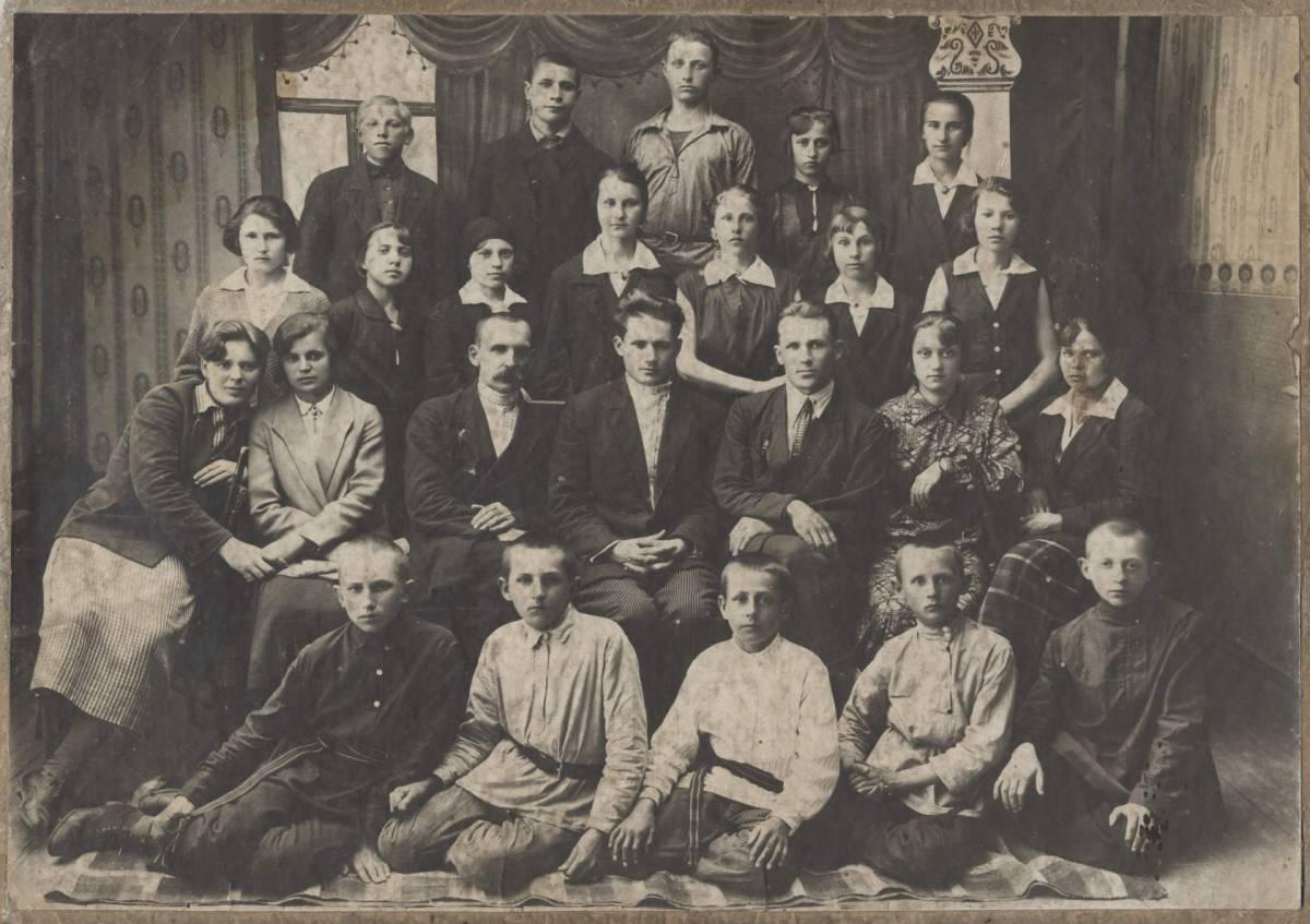 Первый выпуск Михалковской начальной средней школы, Мозырский Округ, 1935 г.