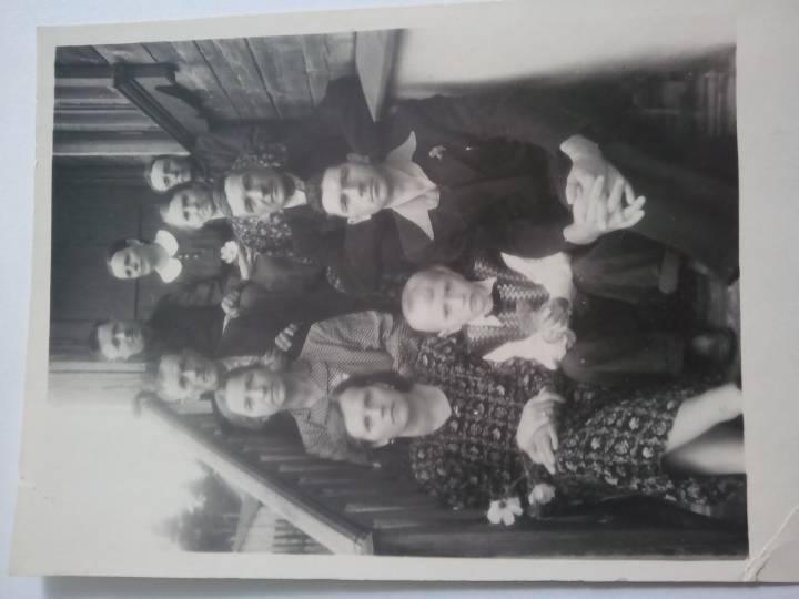Наверху - Андреюк Иван и Феодора, рядом Остапчук Пелагея(мои дедушка, бабушка и прабабушка)
