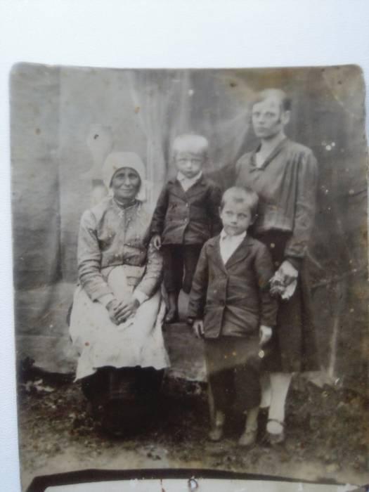Пелагея Остапчук с дочерью Феодорой и внуками Николаем и Владимиром Андреюками