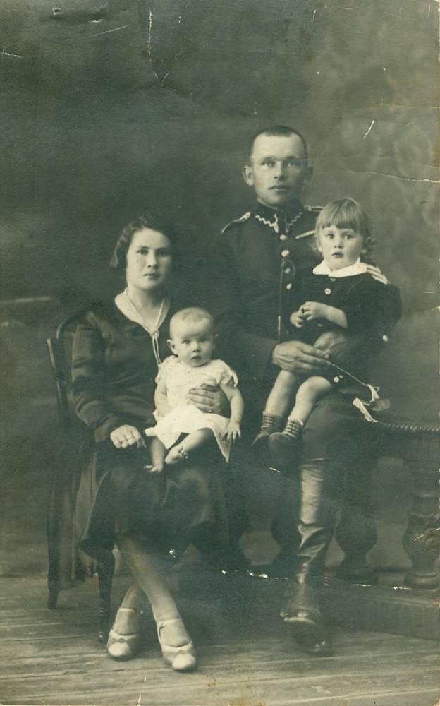 Moja ciocia z domu Krylow z mezem (nazwisko nieznane) i dwojgiem dzieci. Zamordowani w czasie II wojny przez niemcow w Grodnie albo okolicach. Moze ktos pozna zolnierza?