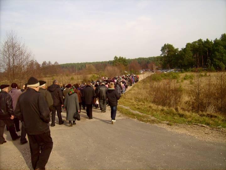 Która udała się na cmentarz parafialny położony za rzeką Gawią.