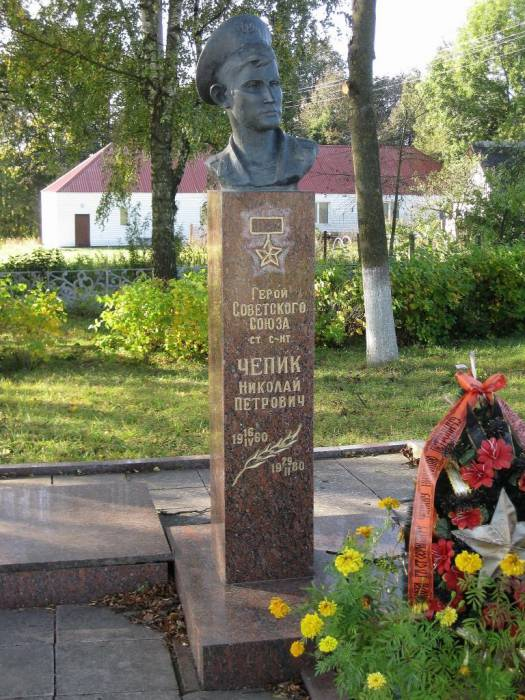 Надмагільны помнік Герою Савецкага Саюза Чэпіку Мікалаю Пятровічу.