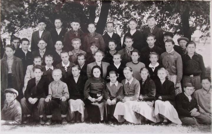 Вучні 7 класа Блужанскай сярэдняй школы.<br>04 чэрвеня 1960 г.<br>У цэнтры - І. К. Камнева, класны кіраўнік.