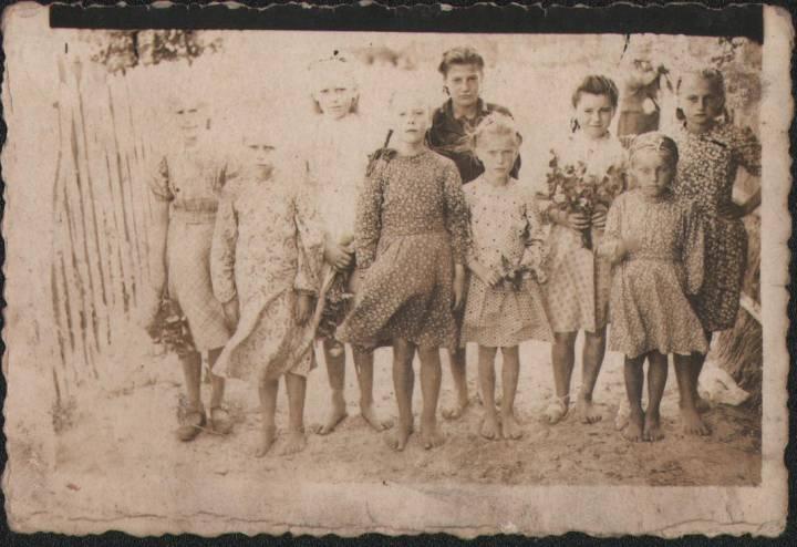 Яўгенія,Вольга,Фядорка,Беспудчык Ніна,Вольга,Беспудчык Ганна,Ганна,Валя,Кірылюк Нюра.бабуля Барысюк Марфа.1950год