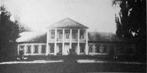 Усадебный дом в Старой Белице. Построен в конце XVIII века.  Это дом Пересвет-Солтанов, представителей древнего княжеского рода, которые владели Старой Белицей.<br>