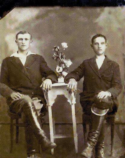 ok.1930r.po lewej siedzi Brat mojej Mamy Andrzej Bogdaniec